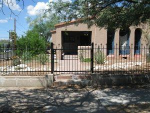 Iron fence and gate with spears in an alternate pattern in downtown Tucson IF217-2