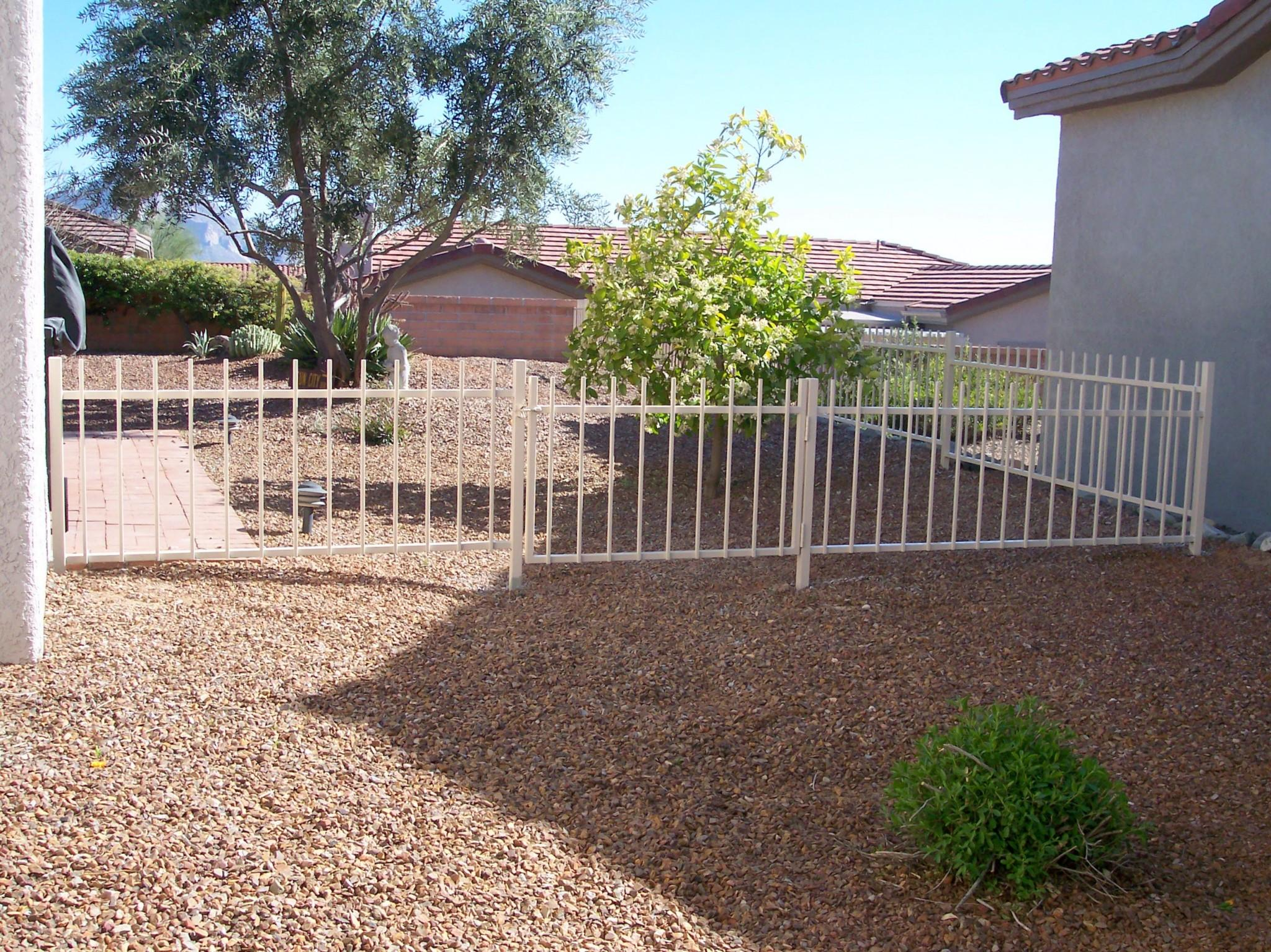 Low backyard fence for small dogs and HOA compliance IF104-4 EP