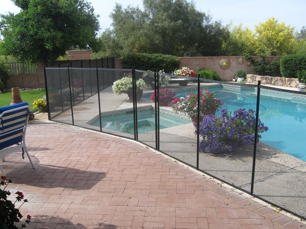 Mesh pool fence with irregular contour RM111