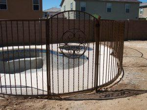 Wrought iron pool fence with alternate twist pattern and decorative gate - Subdivision in Saddlebrooke AZ IF101-7 AT