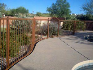 Rusted wrought iron fence with a nice S curve and knuckles IF115-2 K