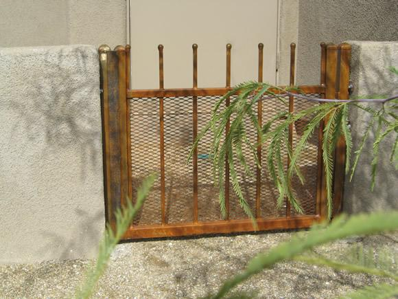 Small wrought iron gate with rust finish IG082