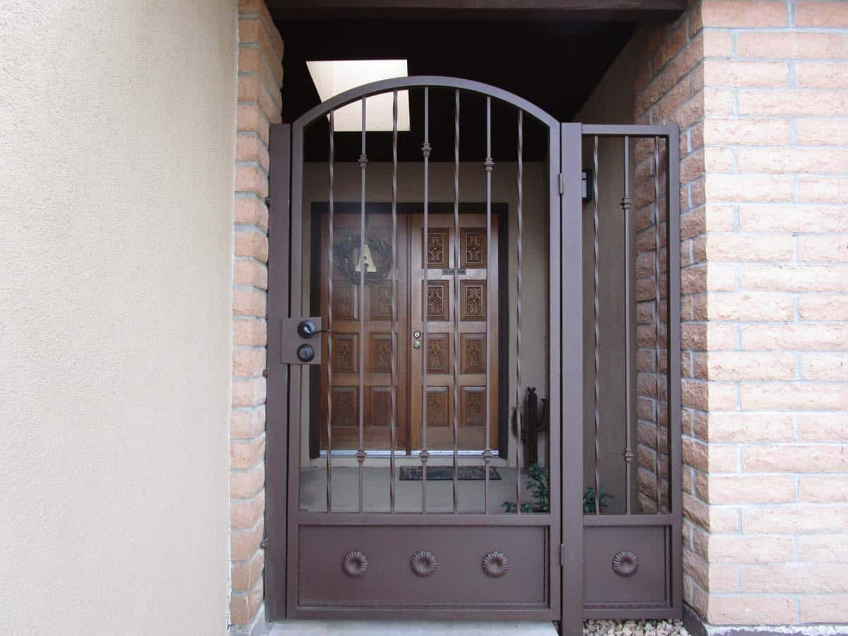 Arched wrought iron patio gate with alternate twisted pattern and knuckles IMG 0409 - Built in Tucson