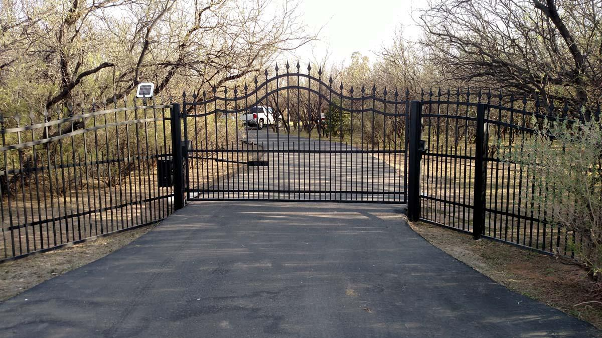 Solar-powered automatic driveway gate with arched top 072251665